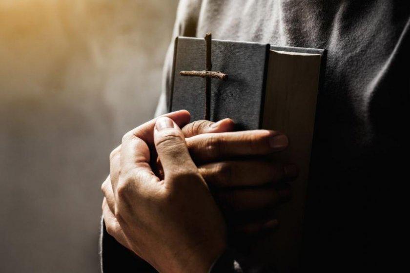 Британски свещеник подпали дрехата си на запалени свещи