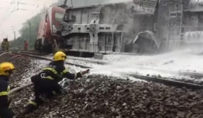 Пътнически влак дерайлира, след удар в отломки от