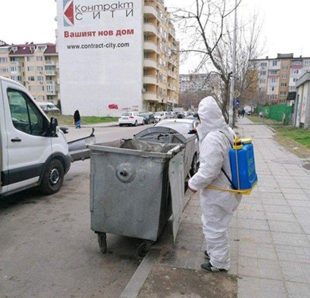 Продължава работата по дезинфекцията на контейнери за битови