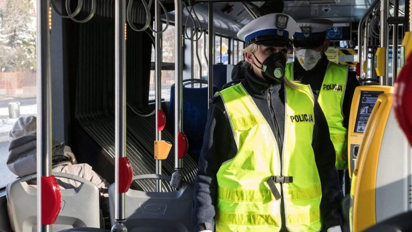 Полша ще наложи по-нататъшни ограничения върху обществения живот,