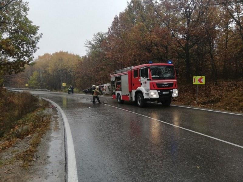 Цистерна се обърна на пътя Карлово - Калофер,