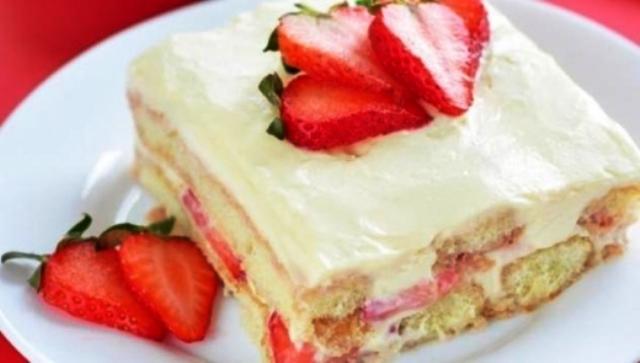 Към млякото се добавят нарязаните ягоди. В подходящ съд се