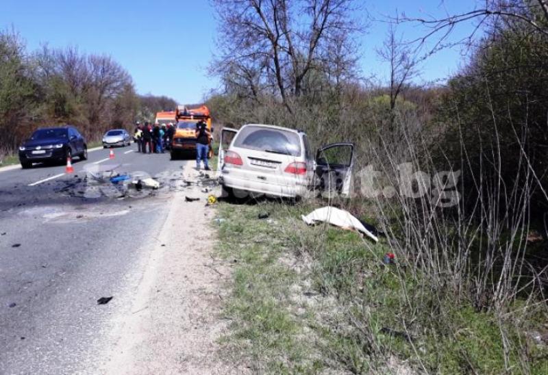 Шофьорката, предизвикала касапницата, направила рисковано изпреварване на автобус. Френската кола