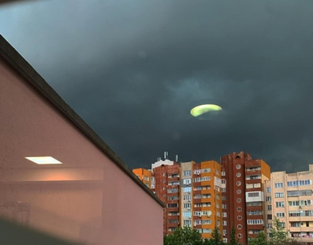 Възможно е и да е оптическа илюзия заради притъмнялото небе,