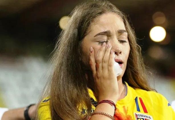 Младото момиче, което е разплакано, държи кърпа, с която вероятно