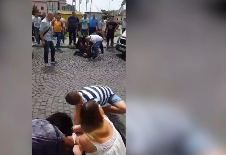 Снимка: Извънредно! Брутално Убийство На Жена! Петър Закла Жена Си Деса Пред Хората На Улицата! Първи Снимки!
