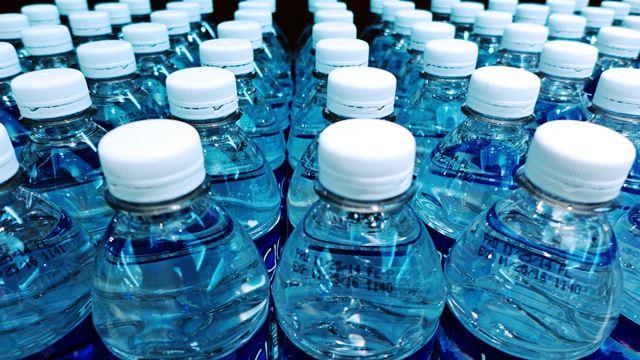 Учените изследват над 250 бутилки вода от различни марки. В
