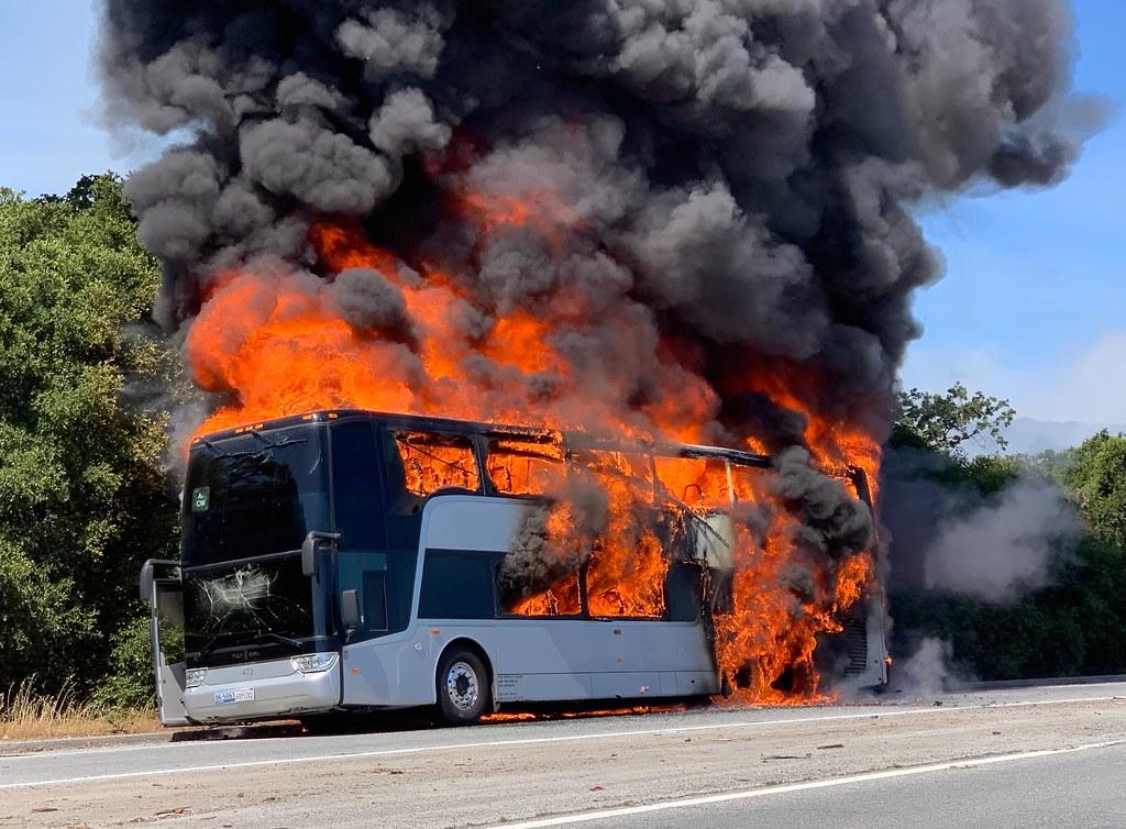 снимката е илюстративна Сигнал за пожар в пътнически автобус, пътуващ