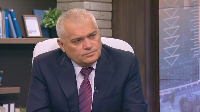 Бившият вътрешен министър Валентин Радев вчера сдаде поста и още