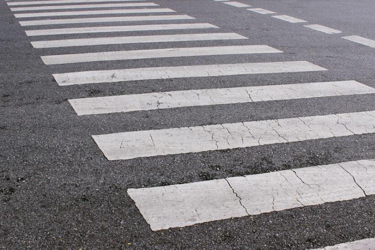 Шофьорът, блъснал майка с дете на пешеходна пътека тази сутрин