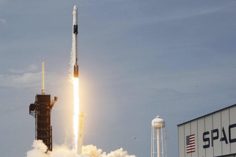 Космическият кораб Crew Dragon на SpaceX с астронавти Дъглас Хърли