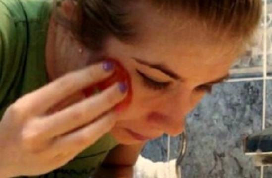 Киселинността на доматите успокоява стойността на рН на кожата, което
