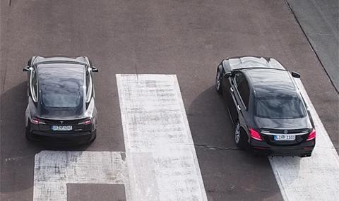 Какво се случва, след като тези три автомобила се изправят