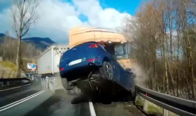Снимка: Камион В Спука Гума В Насрещното! Такова Меле Никога Не Сте Виждали! Всичко На Видео!