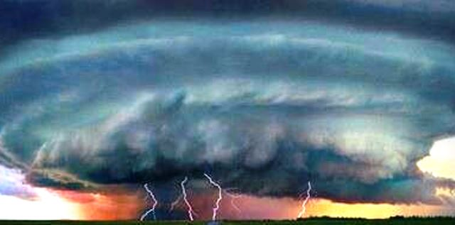 Природното бедствие развива ветрове със скоросат до 100 километра в