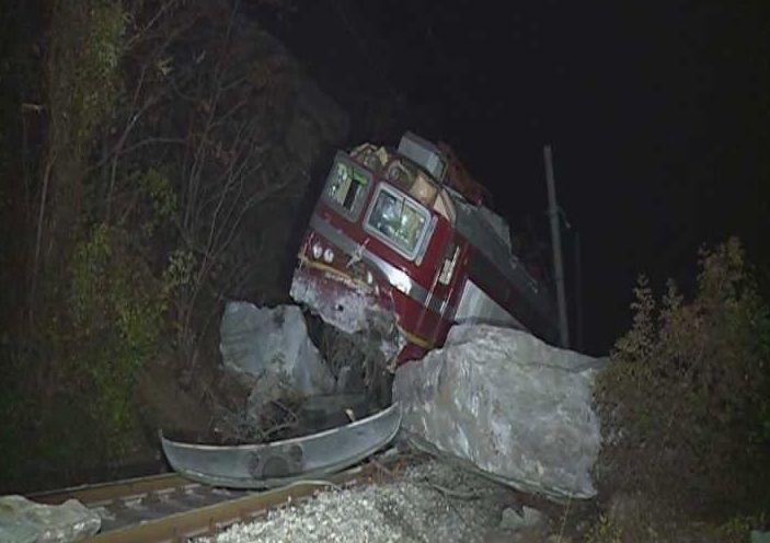 Общо 55 души бяха евакуирани от авариралия влак и бяха
