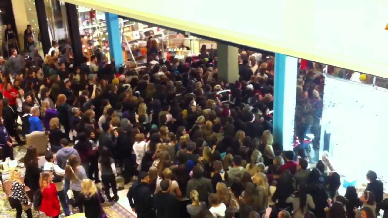 В събота големите магазини в германските градове са пренаселени, особено