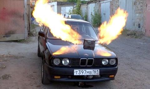 По-важното е, че вдига ужасна олелия и изхвърля огромни пламъци.