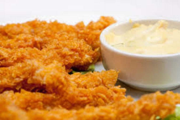 Продукти 2 бр. пилешки гърди 1 пак. (500 г) обикновен корнфлейкс 1 скилидка