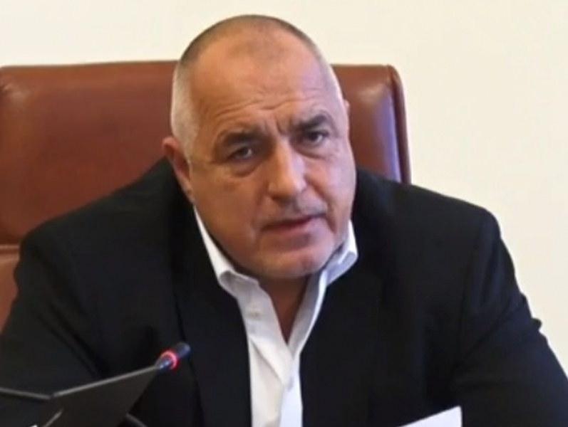 Премиерът Бойко Борисов се топли на малко радиаторче в МС,