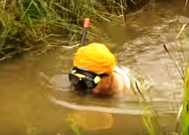 С помощтта на водолази, те установяват точното местоположение, връзват го