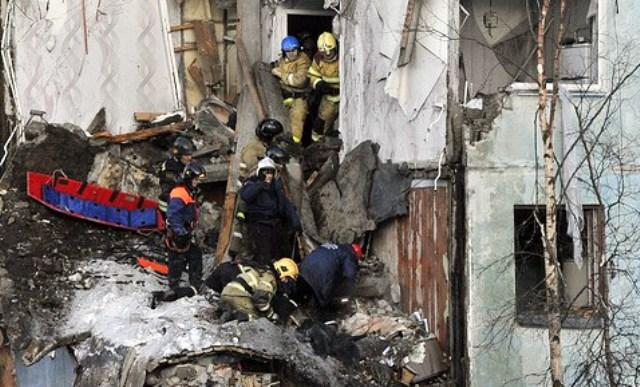 Спасителни екипи сега се опитват внимателно да разчистят развалините, за