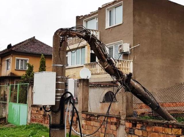 Екип на ЧЕЗ временно преустанови електрозахранването в квартала, тъй като