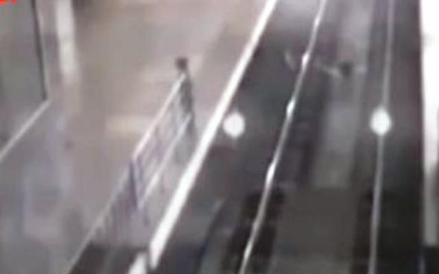 Той остава на гарата известно време, като истински влак, след