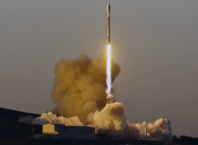 Първата степен на ракетата, която вече се отдели, преди това