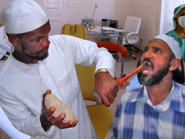 - Докторе, вади зъба бързо, взела съм упойка, ето ти