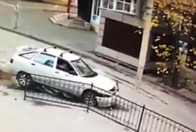 Автомобилът пука гума след тежкия удар, но това не е