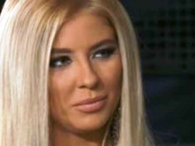 Блондинката, която държи прекалено много на външния си вид, се