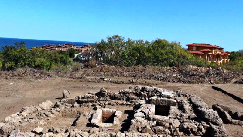 В обема на гробницата се разкриха скелетните останки на три