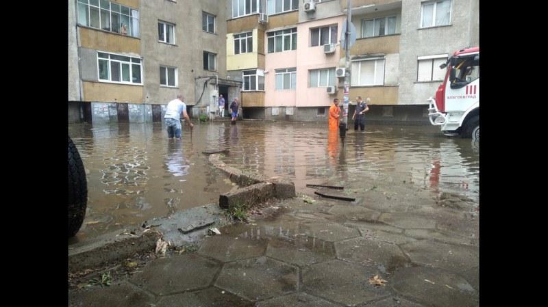 Пороен дъжд, изсипващ се повече от час, наводни