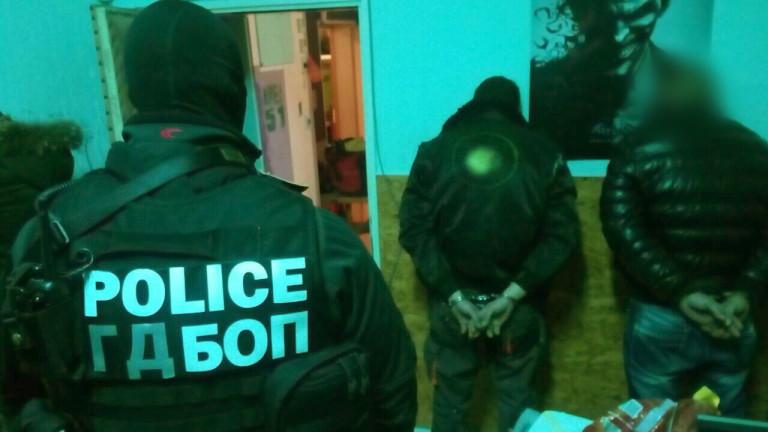 Арестуваните са на възраст между 18 и 30 години. При