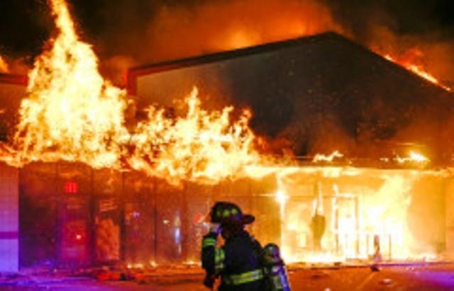 Движението е отцепено. Според очевидци запалилото се заведение са небезизвестните