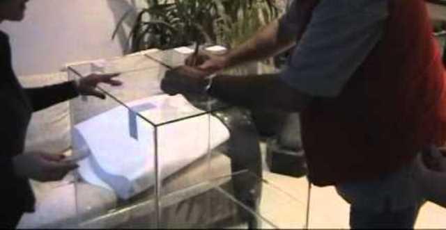 Между непознатия и председателя на избирателната комисия възникнал спор,тъй като