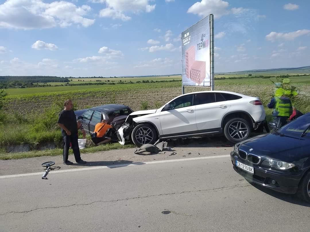 Тежка верижна катастрофа е блокирала пътя между Търговище и Шумен