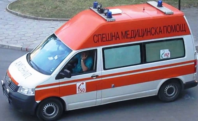 Ранени са двамата водачи, както и трима души, пътуващи в