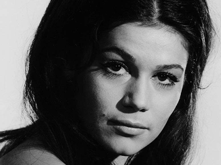 Елснер е родена на 26 юли 1942 година. Тя е