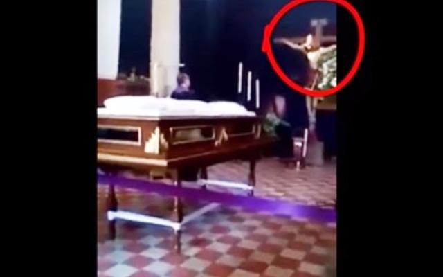 Разпятие в църква буквално оживя, статуята на Исус Христос започна