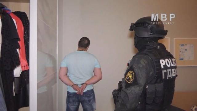 По първоначални данни задържаните при акцията са общо 5-тима. В