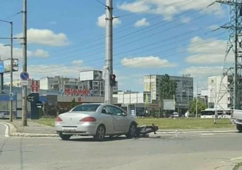 """Автомобил блъсна моторист в столичния квартал """"Дружба"""". Инцидентът"""