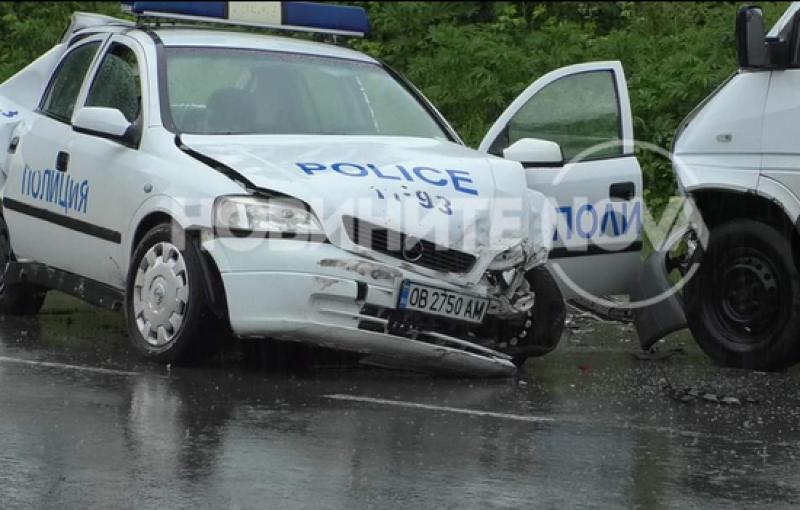 Катастрофа между патрулка и микробус затрудни движението по
