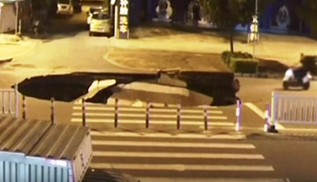 Заснето е в китайски град. Пътното платно буквално рухна и