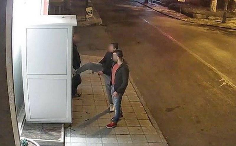 Две момчета са задържани за кражба от кафе