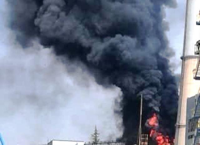 Продължават действията на 80 пожарникари по ликвидирането на пожара. На