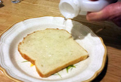 Поръсете 2 филии хляб със сода бикарбонат и ги намокрете
