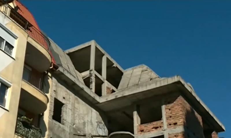 Крадци многократно опитват да пробият дупки в стената,
