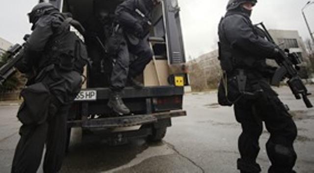 Задържаните са безчинствали в района, като са заплашвали и налитали